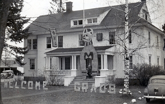 Phi Mu Delta fraternity house decorated for Homecoming, circa 1952