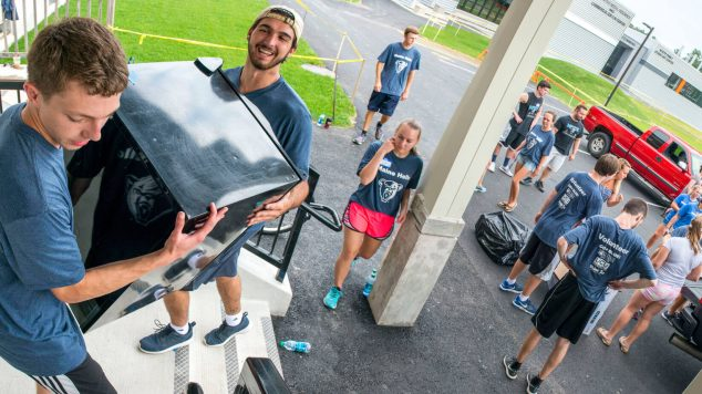upperclassmen moving in freshman at the Maine Hello