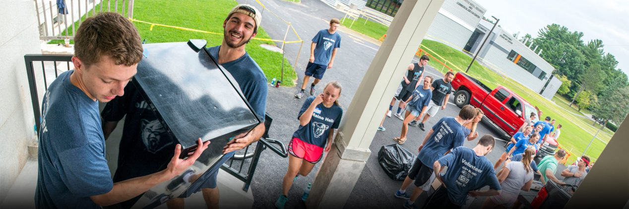Volunteers help move new students into residence halls
